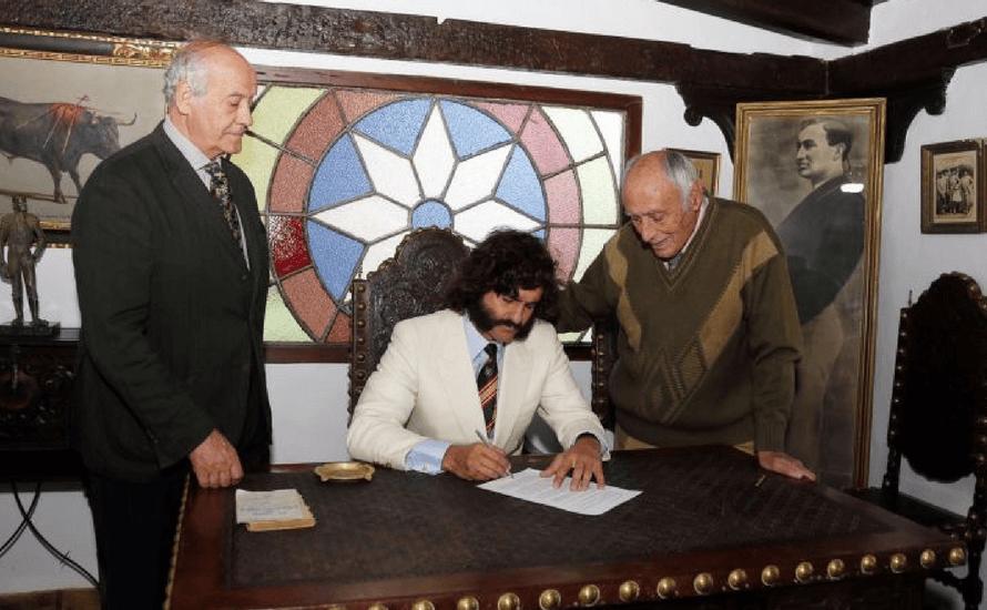 Morante de La Puebla firma en el escritorio de El Gallo.